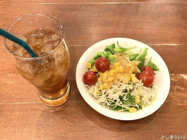 ケニーズハウスカフェ サンシャイン池袋店 サラダとドリンク