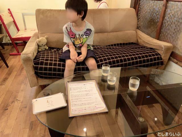 カフェ lamp ソファ席の子供