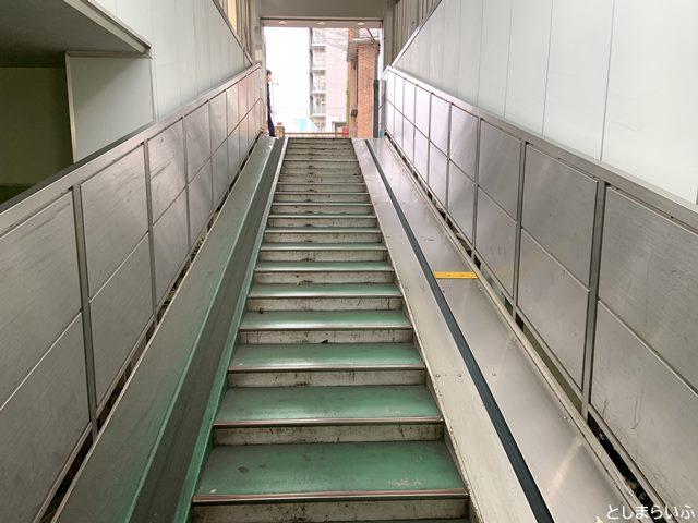 目白駅東自転車駐車場の階段