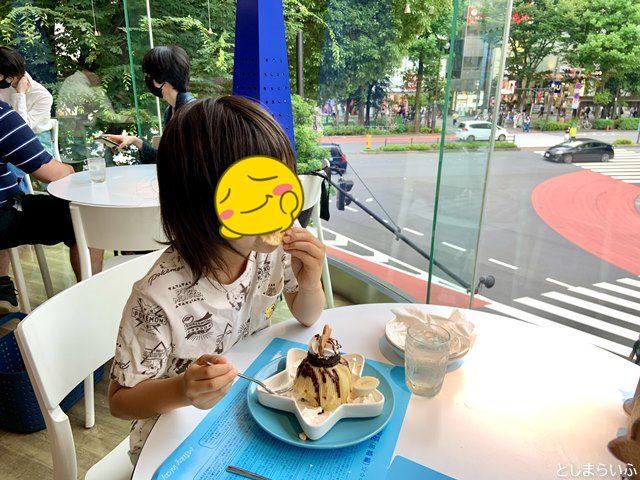ミルキーウェイでパフェを食べる子供