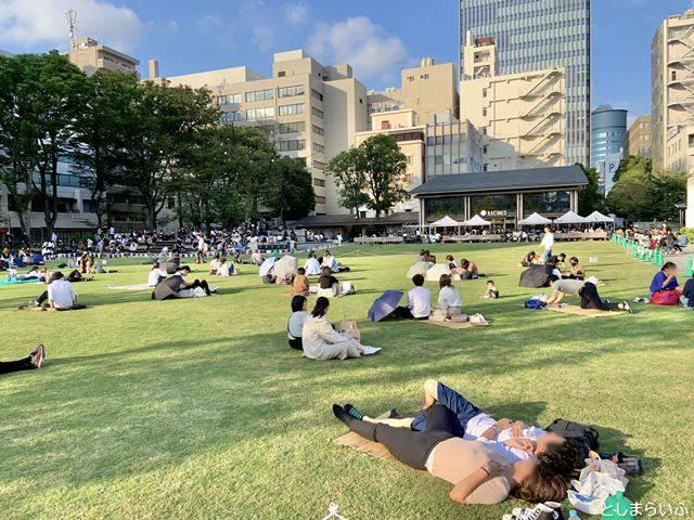 南池袋公園でピクニックをする人たち