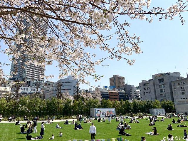 南池袋公園の桜と花見する人たち