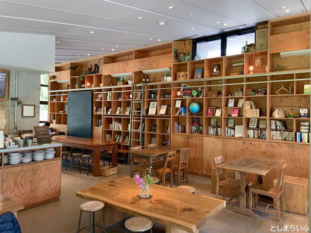 ラシーヌファームトゥーパーク(Racines FARM to PARK)2階の本棚