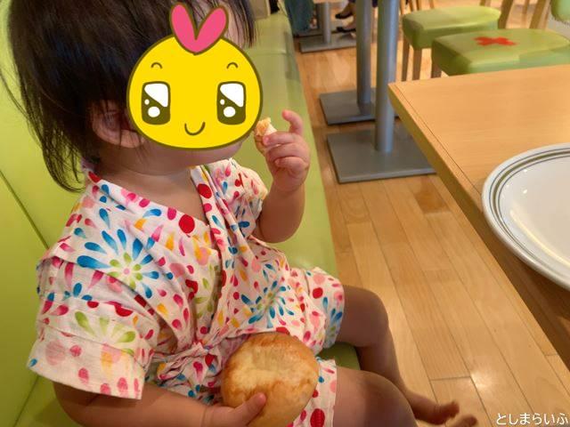 巣鴨タカセでパンを食べる子供