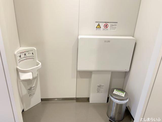 豊島区役所 トイレのおむつ替え台