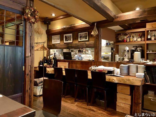 ウナボルタ Una Volta カウンター席とキッチン